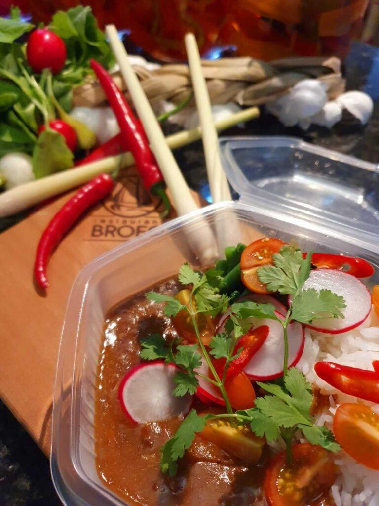 Rendang met koriander, witte rijst, citroengras,radijs en rode peper